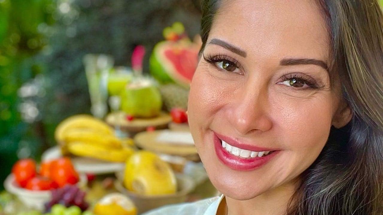Mayra Cardi posa sorridente com frutas e verduras para falar sobre nova dieta