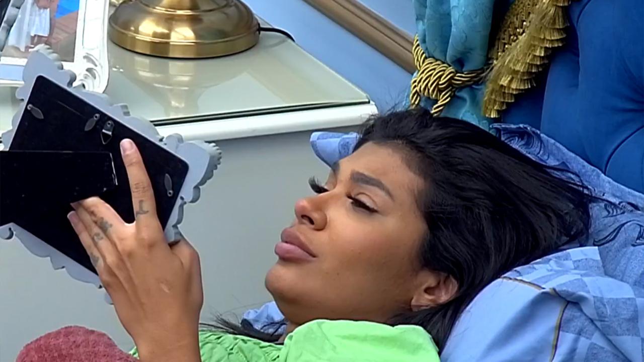 Pocah fica emocionada em momento no quarto do líder do BBB21 - Crédito: Reprodução / Globo