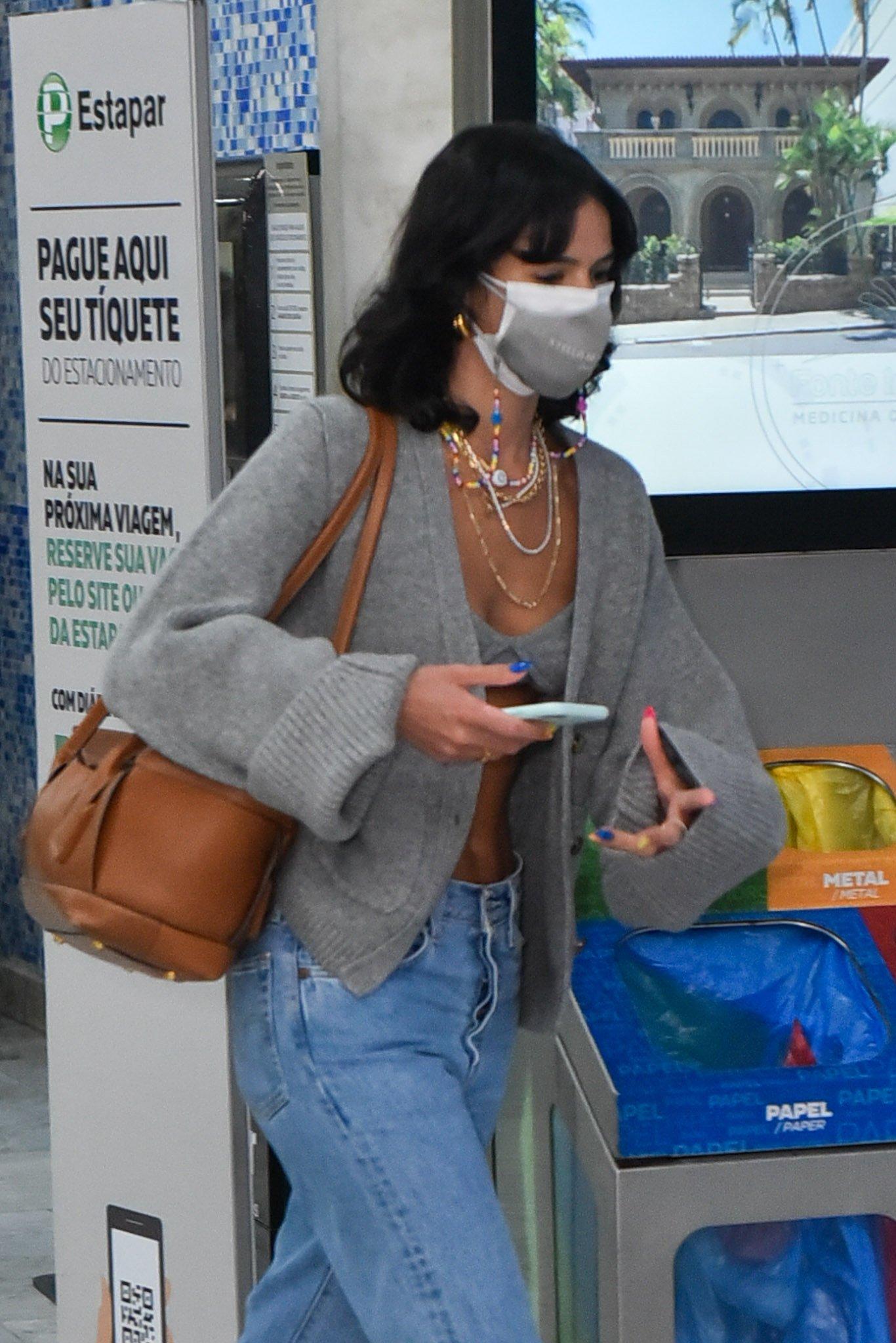 Bruna Marquezine aparece com look luxuoso no aeroporto - Crédito: Marcelo Sá Barretto / AgNews