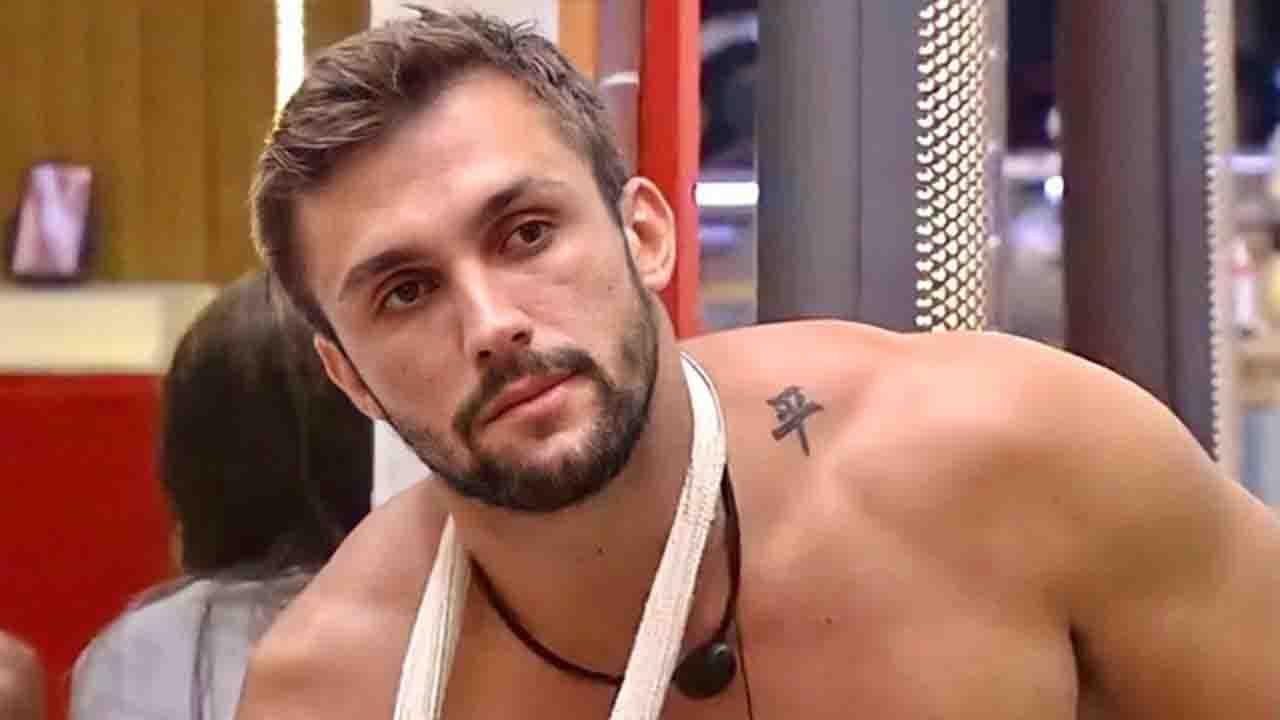 Foto de Arthur quando deslocou o ombro no BBB21 - Crédito: Reprodução / Globo