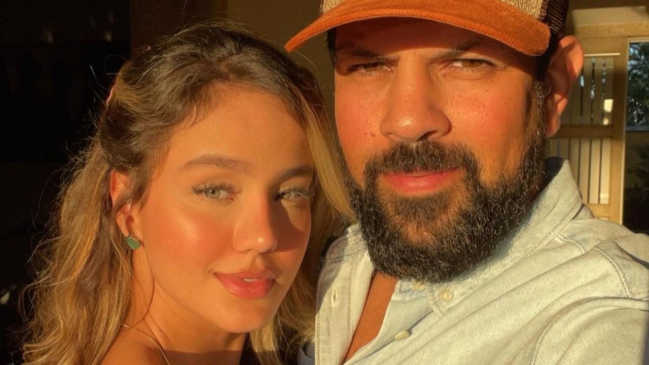 Biah Rodrigues e Sorocaba posam para selfie