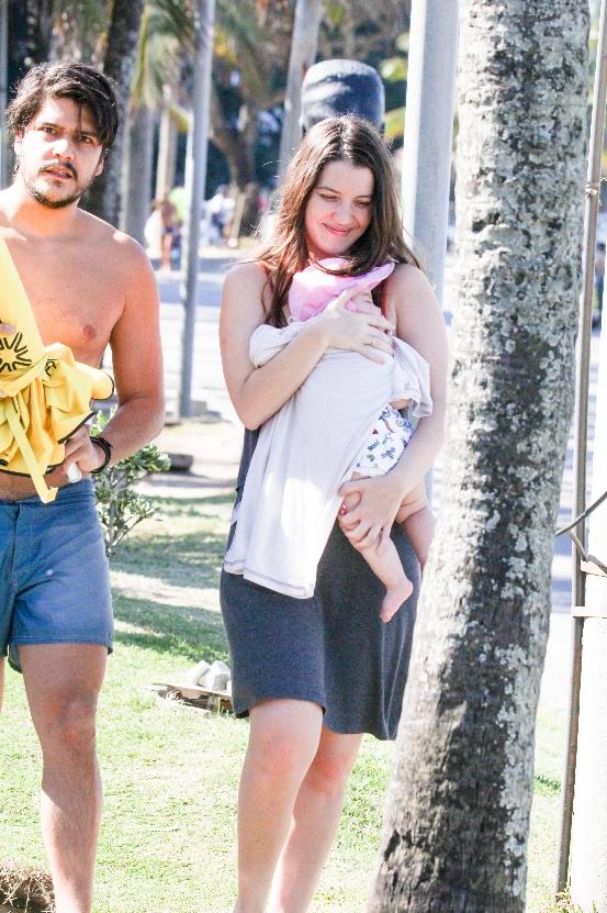Nathalia Dill curte passeio com a filha e o marido - Crédito: AgNews