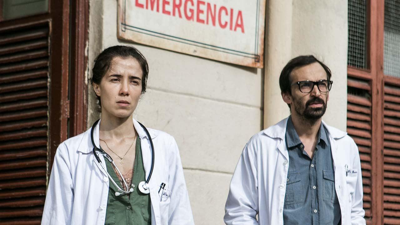 Carolina (Marjorie Estiano) e Evandro (Julio Andrade) na série Sob Pressão - Crédito: Globo / Raquel Cunha