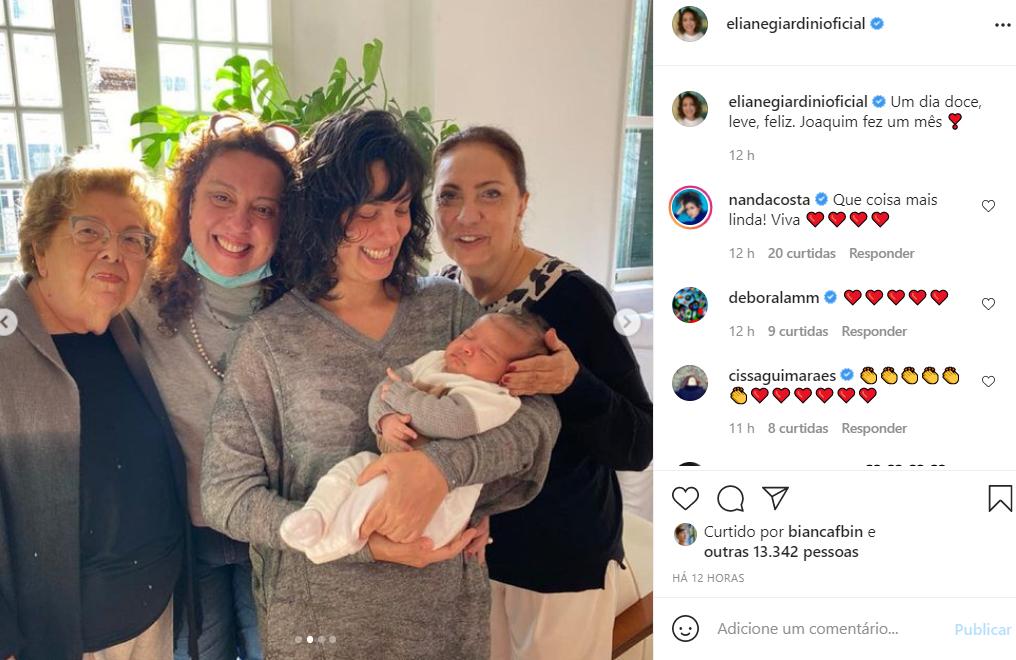 Eliane Giardini posa com a família ao celebrar o primeiro mês do neto recém-nascido - Crédito: Reprodução / Instagram