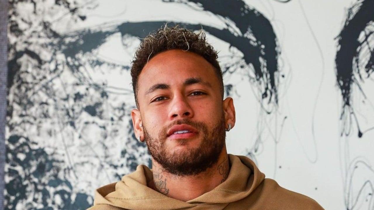 Neymar Jr ostenta mansão e helicóptero