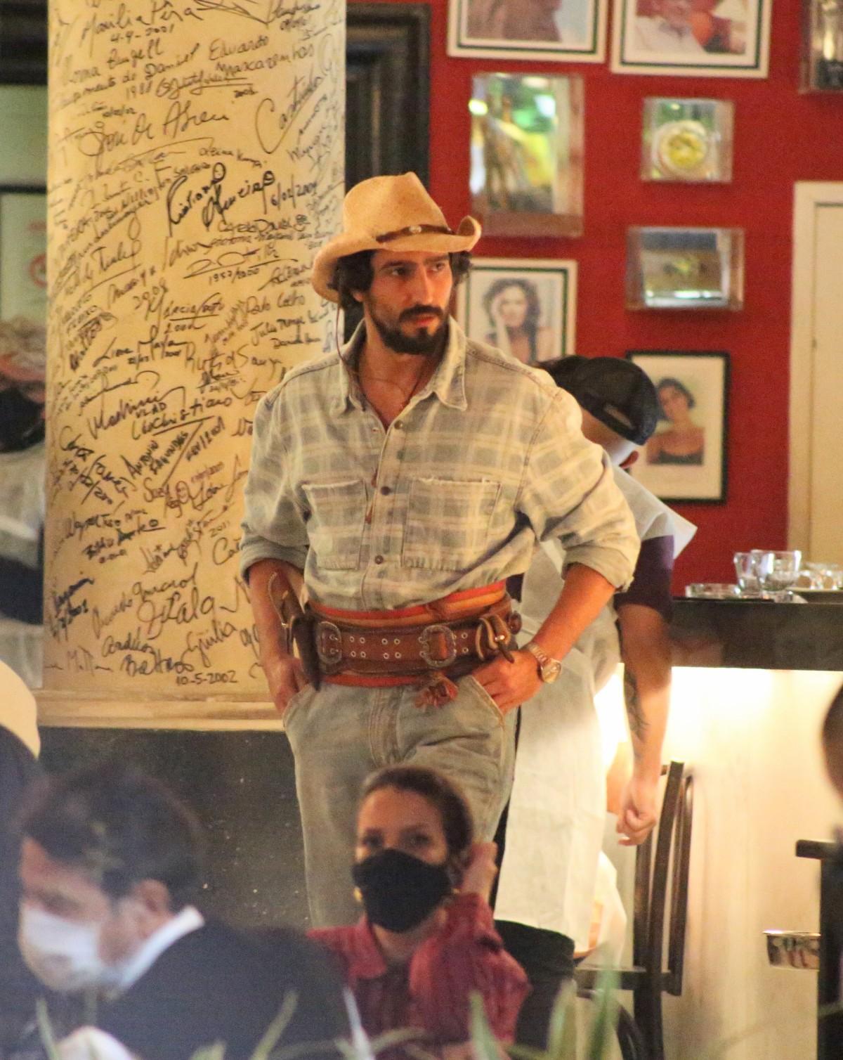 Renato Góes nos bastidores da novela Pantanal - Crédito: Francisco Silva / AgNews