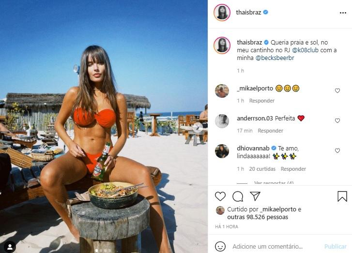Thais Braz exibe a barriguinha sarada em dia na praia