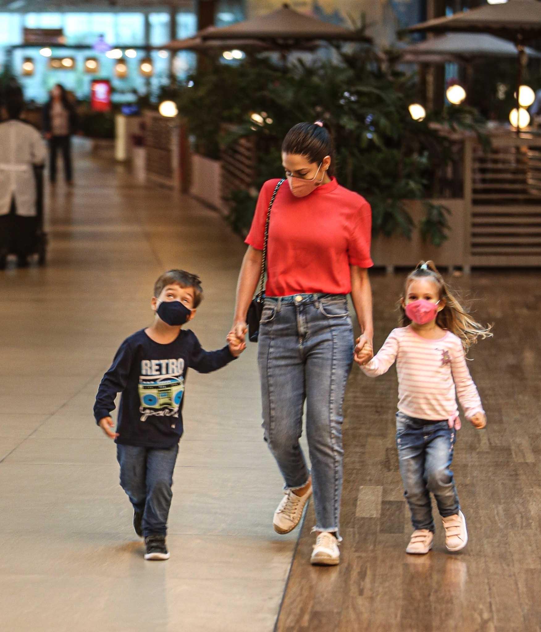 Michel Teló e Thais Fersoza curtem passeio com os filhos, Melinda e Teodoro - Crédito: Edson Aipim / AgNews